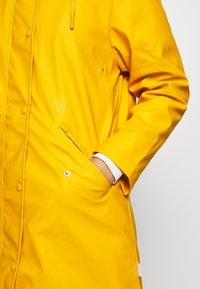 ONLY Petite - ONLSALLY RAINCOAT - Parka - golden yellow/white - 4