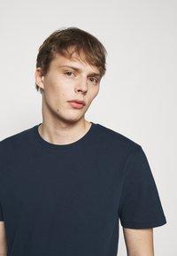 DRYKORN - SAMUEL - Basic T-shirt - dark blue - 3
