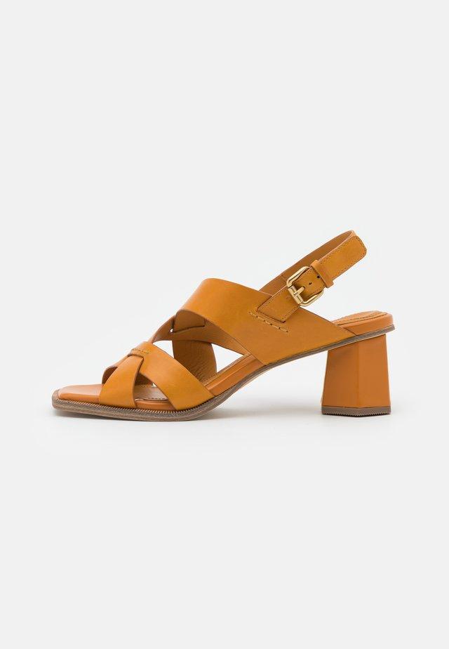 Sandały - senape