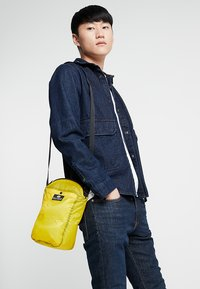 Bag N Noun - CAMP POCHETTE HALF - Axelremsväska - yellow - 1