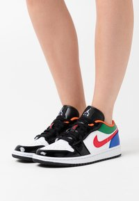 Jordan - AIR 1 SE - Sneakers laag - white/hyper royal/university red/pine green - 3