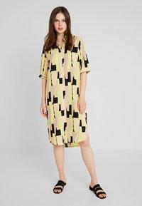 Monki - DAMIRA SHIRTDRESS - Košilové šaty - tornpaper - 0