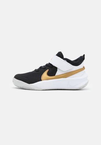 TEAM HUSTLE D 10 UNISEX - Basketball shoes - black/metallic gold/white/photon dust