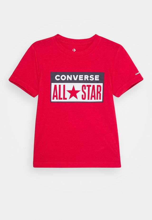 LICENSE PLATE TEE - T-shirt z nadrukiem - university red