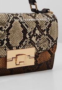 Dorothy Perkins - TOP HANDLE DOUBLE FLAP CROSSBODY SNAKE - Handbag - brown - 6