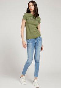 Guess - SELINA TEE - Print T-shirt - grün - 1