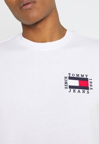Tommy Jeans - BOX FLAG TEE - T-shirt print - white - 6