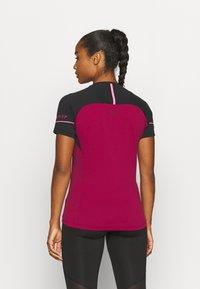 Dynafit - ALPINE PRO TEE - Print T-shirt - black out/beet red - 2