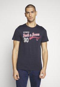 Jack & Jones - JJELOGO TEE SLIM - Print T-shirt - navy blazer - 0