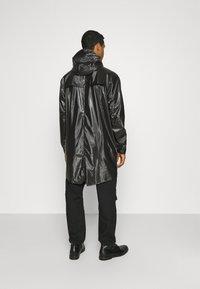 Rains - LONG JACKET UNISEX - Vodotěsná bunda - shiny black - 2