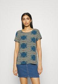Vero Moda - VMSAGA - Print T-shirt - birch/esmeralda - 0