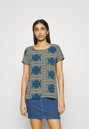 VMSAGA - T-shirts med print - birch/esmeralda