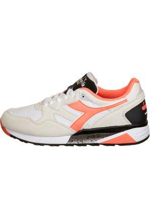 DIADORA SCHUHE N9002 - Sneaker low - bco/rosso geraneo/nero