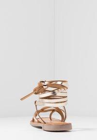 Gioseppo - CLAVERACK - T-bar sandals - oro - 5