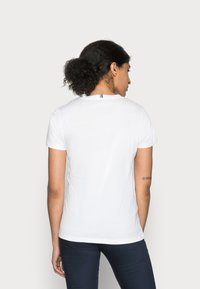 Tommy Hilfiger - HERITAGE CREW NECK TEE - T-shirt basic - classic white - 2