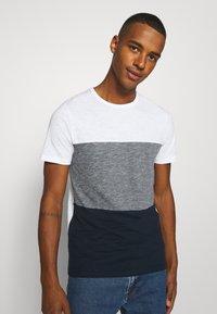 Jack & Jones - JJBLOCK TEE CREW NECK - Print T-shirt - navy - 3