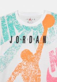 Jordan - DISTRESS UNISEX - T-shirt print - white - 2