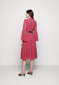 MICHAEL Michael Kors - PRINTED BELTED SHIFT DRESS - Shirt dress - crimson - 2