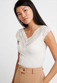 Rosemunde - REGULAR WIDE - T-shirts med print - ivory - 4