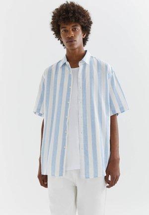 MIT STREIFEN - Shirt - light blue