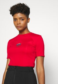 adidas Originals - SLIM SHORT SLEEVE TEE - T-shirt z nadrukiem - scarlet - 3