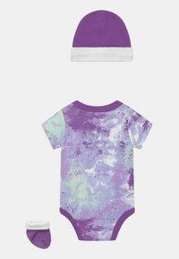 Nike Sportswear - TIE DYE FUTURA SET UNISEX - Printtipaita - purple chalk - 1