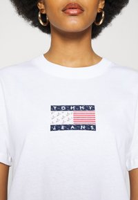 Tommy Jeans - STAR AMERICANA FLAG TEE - Print T-shirt - white - 4