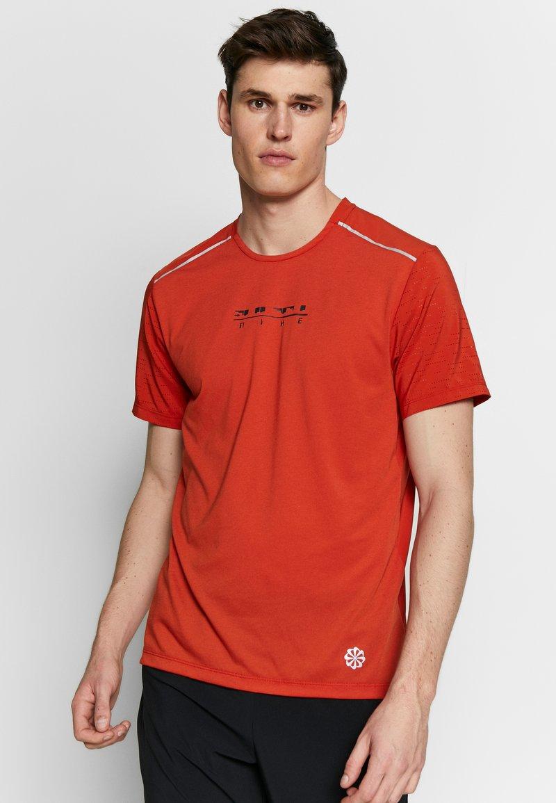 Nike Performance - RISE HYBRID - Camiseta estampada - rust factor