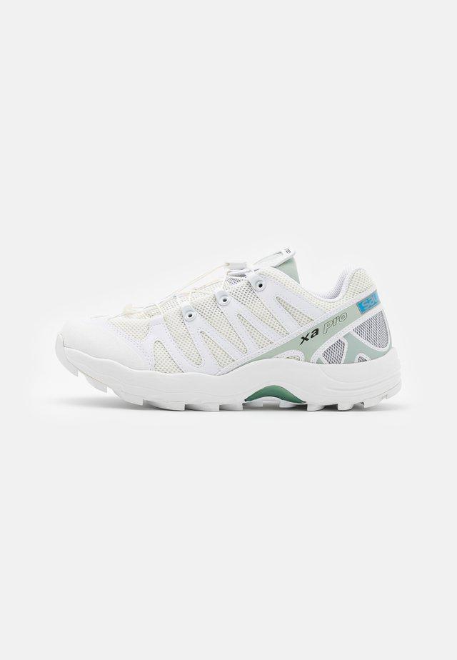 XA PRO 1 UNISEX - Sneakersy niskie - white/vanilla ice/aqua gray