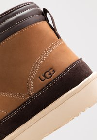 UGG - HIGHLAND SPORT - Lace-up ankle boots - chestnut - 6