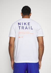 Nike Performance - DRY TEE TRAIL - T-shirt print - white/astronomy blue - 0