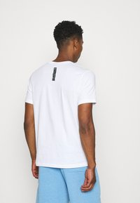 Nike Sportswear - ZIGZAG TEE - Camiseta estampada - white - 2