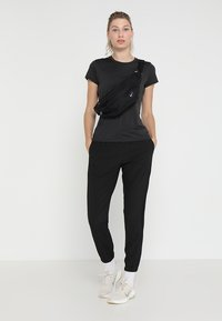 The North Face - WOMENS REAXION CREW - Basic T-shirt - black heather - 1