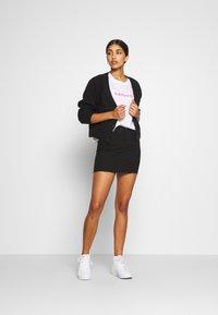 Levi's® - GRAPHIC VARSITY TEE - Camiseta estampada - neon/white - 1