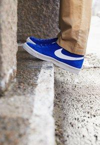 Nike Sportswear - BLAZER MID '77 UNISEX - Zapatillas altas - deep royal blue/white/black - 2