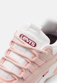 Levi's® - CHELSEA UNISEX - Zapatillas - light pink/white - 5