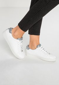 MICHAEL Michael Kors - IRVING LACE UP - Sneakers laag - optic white/silver - 0