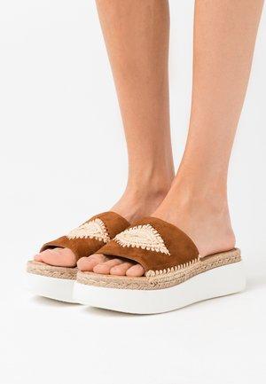BELITA - Pantofle na podpatku - cuir