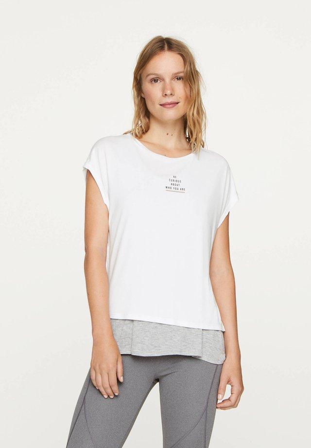 MIT KNOTENDETAIL AM RÜCKEN UND AUFSCHRIFT - T-shirt imprimé - white