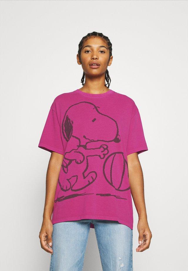 LEVI'S X PEANUTS GRAPHIC - Print T-shirt - fuschia red