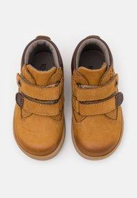 Kickers - TACKEASY - Baby shoes - camel marron - 3