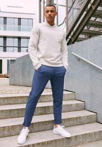 adidas Golf - ADICROSS RETRO - Golfschoenen - footwear white/silver metallic/tech indigo - 1