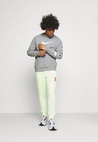 Nike Sportswear - REPEAT CREW - Sweatshirts - grey heather/white/black - 1