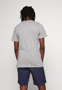 Jack & Jones PREMIUM - JPRBEN SPLIT NECK TEE - Print T-shirt - light grey melange - 2