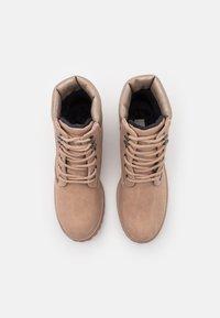 TOM TAILOR - Šněrovací kotníkové boty - nude - 5
