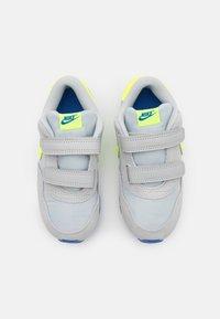 Nike Sportswear - MD VALIANT UNISEX - Tenisky - grey fog/volt/game royal/white - 3