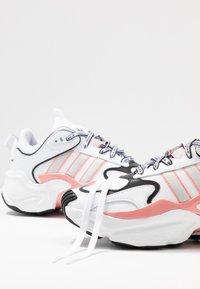 adidas Originals - MAGMUR RUNNER - Trainers - footwear white/grey one/glow pink - 7
