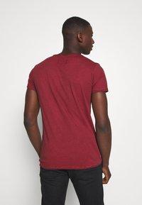 Tigha - TIGHA LOGO SPLASHES - Print T-shirt - vintage bordeaux - 2