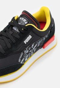 Puma - FUTURE RIDER PEANUTS UNISEX - Sneakers basse - black/white/high risk red - 5