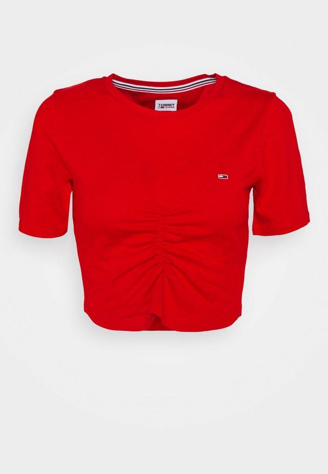 CROP RUCHE - T-shirt imprimé - deep crimson